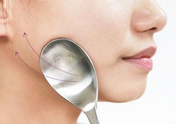 Dùng muỗng giảm béo mặt đã từng gây bão tại Hàn Quốc