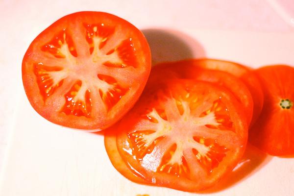 Cà chua là cách trị nám tại nhà tiết kiệm nhất